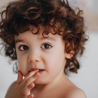 爪噛みがやめられない……子どものクセを治す方法をチェック!