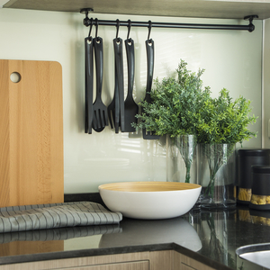 キッチンが劇的にスッキリ!突っ張り棒を使った収納テクをおさらい