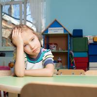 爪を噛み始めたら要注意……!?子どもの「ストレス症状」と対処法