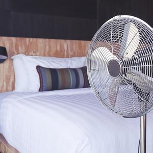 暖房効果がアップ♪寒い冬こそ使いたい「扇風機」の活用テクニック