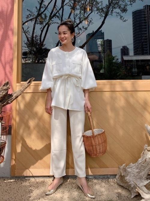 リブワイドパンツを履いた女性