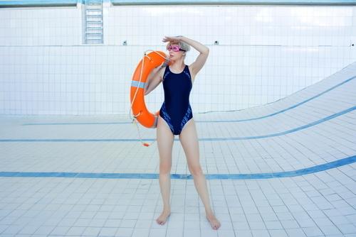 女性と水着