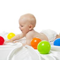 家の中でできる♪赤ちゃんの発達段階別「脳トレボール遊び」のやり方