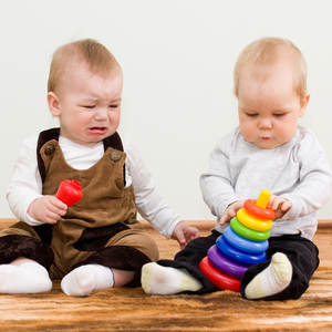 「ダメ」は逆効果!?友達のおもちゃを取ってしまった時の対応策とは