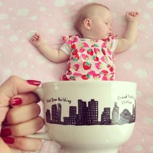 マグカップに赤ちゃん♡寝相アート「ベビーマギング」とは