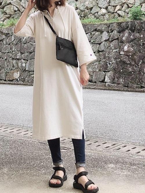 ワンピースを着た女性