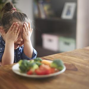 ママ大共感♪《4yuuu!子育てかるた》「ウソ泣きが……」