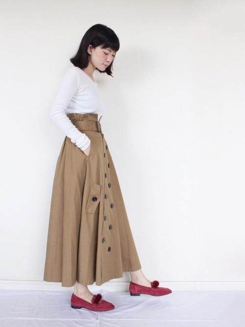 ふわっと広がるロング丈のトレンチスカート