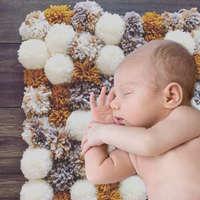 100均でOK!毛糸の「ポンポンラグ」が赤ちゃんにぴったり♡