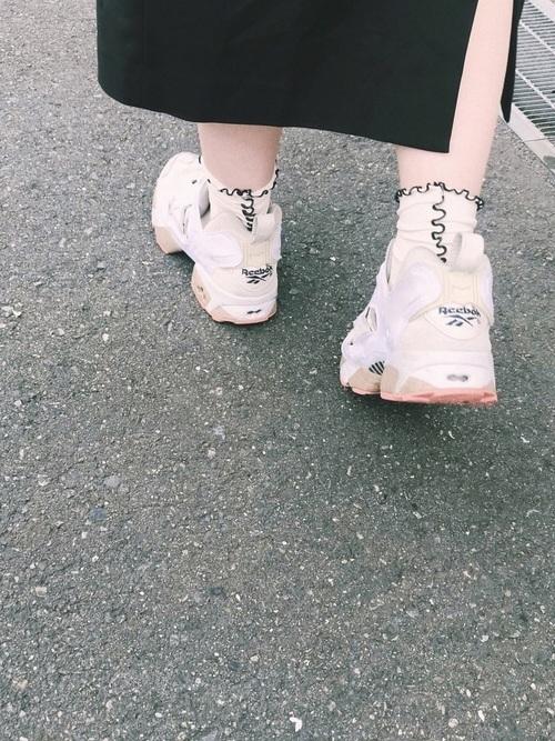 ハイテクスニーカーとガーリーな靴下