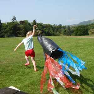 凧揚げが気軽に楽しめる♡レジ袋を使った「凧」の簡単な作り方