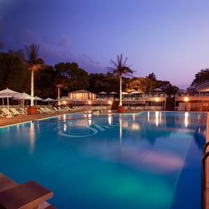 ホテルニューオータニのナイトプールで大人の休日を楽しみませんか?