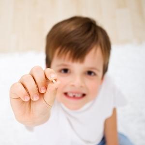 投げる?保存?歯医者さんが教える《抜けた乳歯の上手な保管方法》