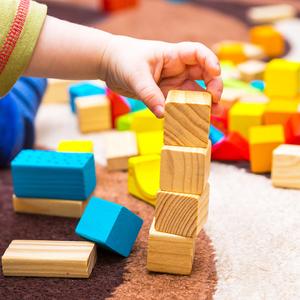 子供の遊びにママはどう関わる?積み木やおままごと遊びのメリットとは