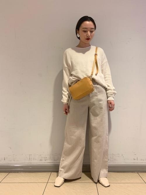 イエローのバッグを持った女性