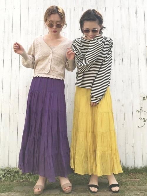 カラースカートを履いた女性たち
