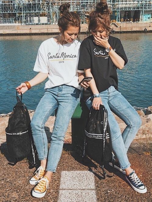 Tシャツを着た女性たち