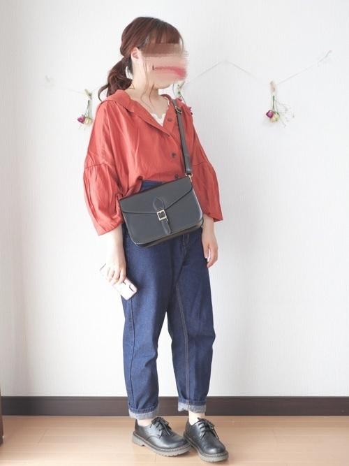 オレンジのブラウスを着た女性