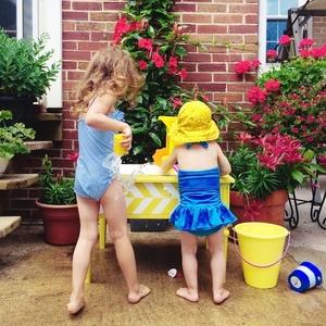衣装ケースで水遊び!子どもも大喜びの「ウォーターテーブル」とは♡
