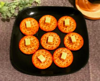クラッカーのチーズ&はちみつのせ
