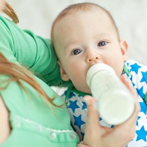 政府が検討中!「液体ミルク導入」のメリット&デメリットって?