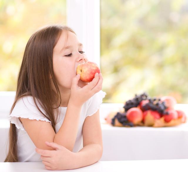 りんごを食べる子供
