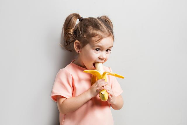 バナナを食べる子供