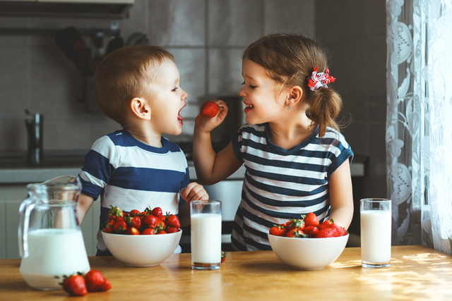 いちごを食べる子供