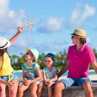 子どもと一緒に飛行機に乗るために。快適に過ごす対策とは一体?