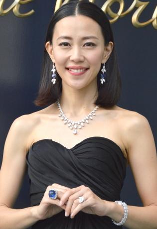 黒色ドレスの木村佳乃
