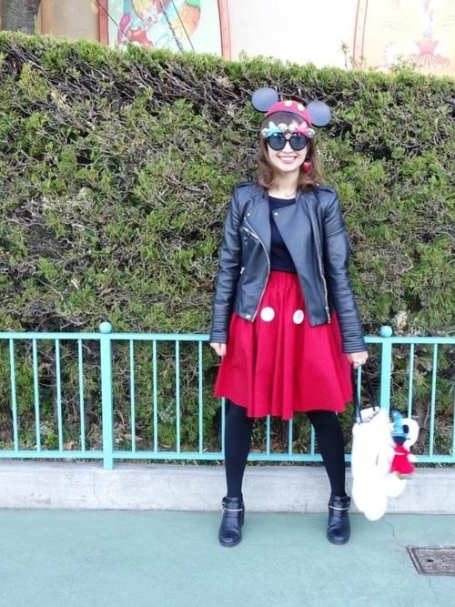 赤スカートとライダースジャケットのコーデ