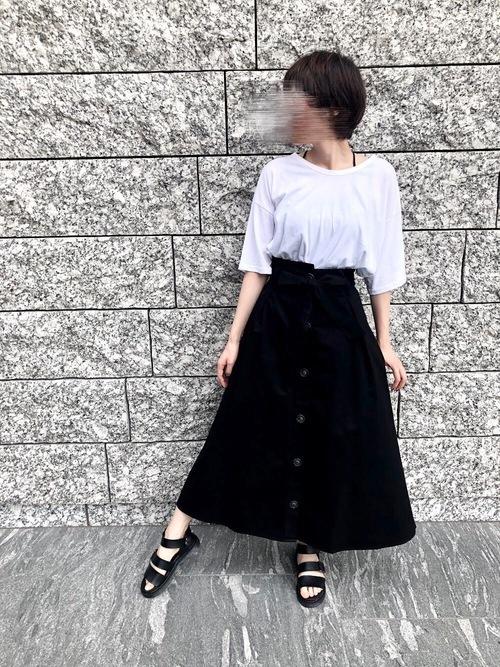 黒のフロントボタンスカート