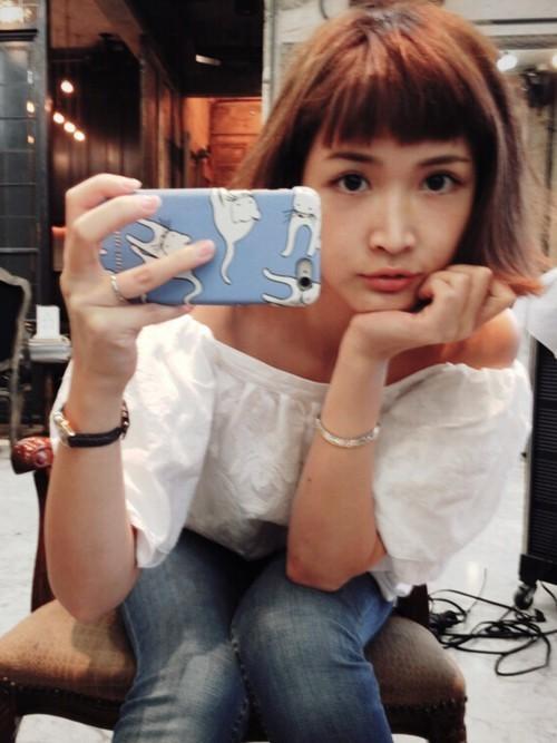 自撮りをしている紗栄子