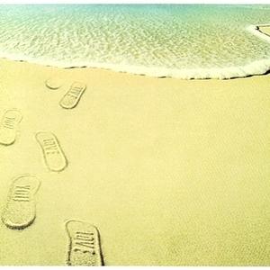 歩くたび砂浜にメッセージが♡『Flip Sidez』のビーチサンダルって?