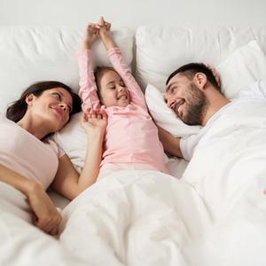 『川の字で寝る日本VS子どもが一人で寝る欧米』正解はどっちなの?