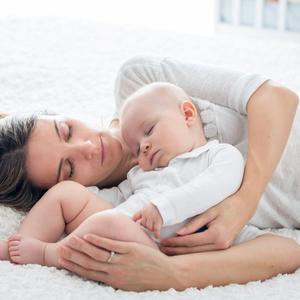 寝かしつけがラクになる「添い乳」ってデメリットもあるの?