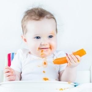 赤ちゃんの離乳食…手づかみ汚れの上手な対策法、おしえます♪