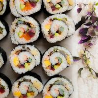 華やかな春のおもてなし♡印象に残る「ビッグ太巻き」レシピ