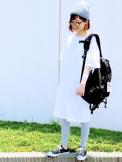 白ビッグTシャツとリブレギンスのコーデ